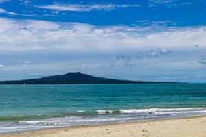 surf roulant sur la plage. plage de takapuna, auckland, nouvelle-zélande photo