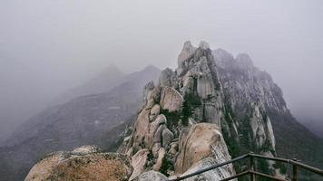 la belle vue depuis le sommet des hautes montagnes d'ulsanbawi dans le parc national de seoraksan. Corée du Sud photo