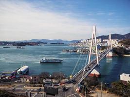 grand navire dans la baie de la ville de yeosu. Corée du Sud. janvier 2018 photo
