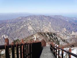 escaliers vers le bas et belles montagnes du parc national de seoraksan. Corée du Sud photo