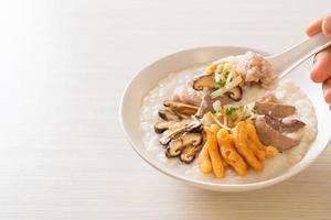 congee de porc ou porridge au porc photo