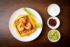 nouilles sautées thaï aux crevettes et wrap aux œufs ou pad thaï photo