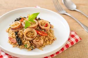 riz frit au basilic et aux herbes épicées avec calamar ou poulpe photo