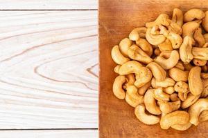 noix de cajou dans un bol en bois photo