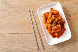bâtonnet de gâteau de riz coréen avec saucisse à la sauce épicée - tteokbokki photo