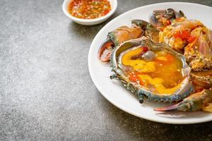 oeufs de crabe marinés avec sauce photo