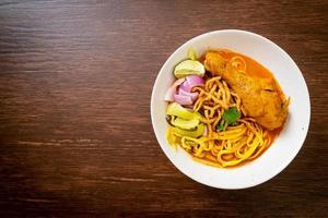 soupe de nouilles au curry du nord de la thaïe avec poulet photo