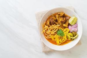 soupe de nouilles au curry du nord de la thaïe avec porc braisé photo