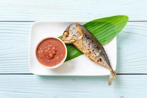 poisson maquereau frit avec sauce épicée à la pâte de crevettes photo