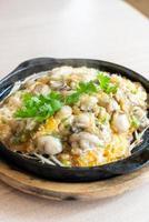 omelette aux huîtres aux fèves germées photo