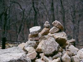 pierres d'équilibre dans le parc national de seoraksan. Corée du Sud photo