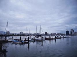 bateaux dans la baie de la ville de sokcho. Corée du Sud photo