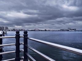 balustrades et la baie de la ville de sokcho en arrière-plan. Corée du Sud photo