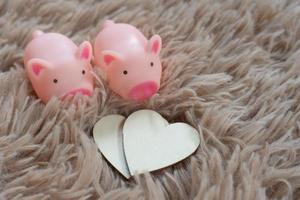 métaphore de la tirelire sauvant l'amour pour l'amant ou la famille dans tous les jours.concept de relation heureuse. photo