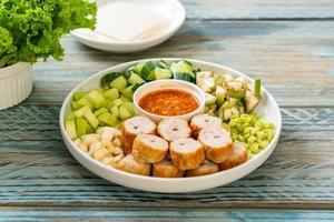 boulette de viande de porc vietnamienne avec des enveloppes de légumes nam-neaung ou nham due photo