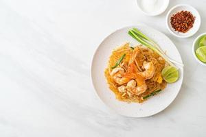 pad thaï de vermicelles ou vermicelles sautés thaï aux crevettes photo