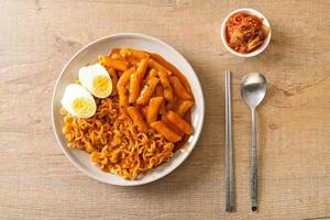 rabokki ou ramen ou nouilles instantanées coréennes et tteokbokki à la sauce coréenne épicée photo