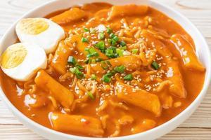 nouilles instantanées coréennes et tteokbokki à la sauce épicée coréenne - rabokki photo