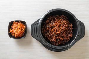 spaghettis noirs coréens ou nouilles instantanées avec sauce chajung rôtie photo