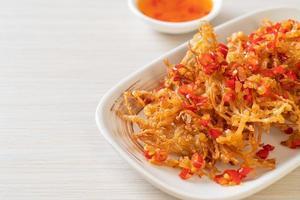 champignons enoki frits ou champignons aiguilles dorées avec sel et piment photo