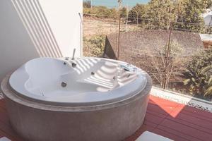 baignoire jacuzzi sur balcon photo
