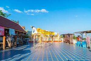 chiang mai, thaïlande - 6 décembre 2020 - vue sur wat phra that doi kham golden temple à chiang mai, thaïlande. ce temple est perché sur la colline doi kham photo