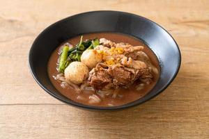 soupe de nouilles de riz avec ragoût de porc photo