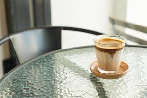 café sale - un verre d'espresso mélangé avec du lait frais froid photo