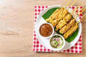 satay de porc - porc grillé servi avec sauce aux arachides ou sauce aigre-douce photo
