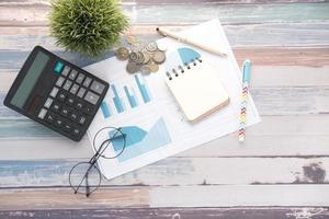 graphique financier, calculatrice et bloc-notes sur table photo