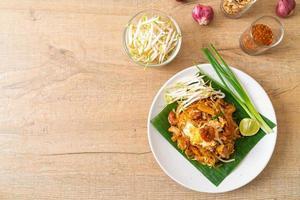 pad thai - nouilles de riz sautées photo