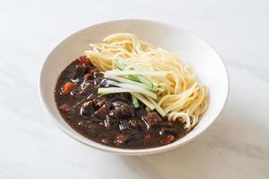 jajangmyeon ou jjajangmyeon est une nouille coréenne à la sauce noire photo