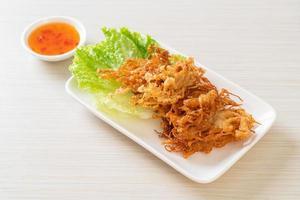 champignons enoki frits ou champignons aiguilles dorées photo