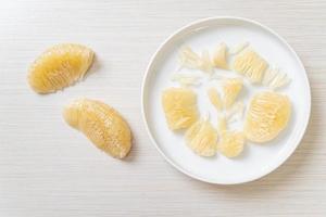 pomelo, pamplemousse ou pamplemousse frais pelés photo