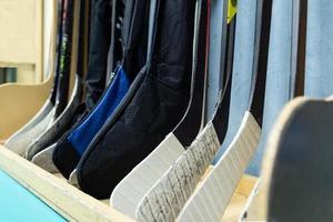 bâtons de hockey dans les vestiaires avant le match photo