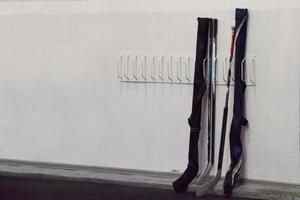 bâtons de hockey près du vestiaire avant le match photo