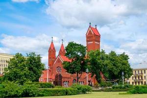 chapelle catholique st. simon et st. éléna. Église rouge à Minsk, Biélorussie photo