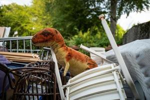 un vieux jouet de dinosaure abandonné photo