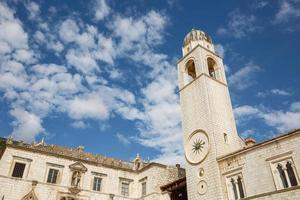 Tour de l'horloge sur le stradun dans la vieille ville de dubrovnik, croatie photo