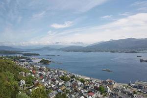 vue sur la ville portuaire d'alesund, norvège photo
