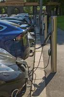 charger une voiture électrique dans une station publique à oslo, norvège photo
