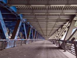 sous le pont routier près de la ville de moscou. structures métalliques titanesques. photo