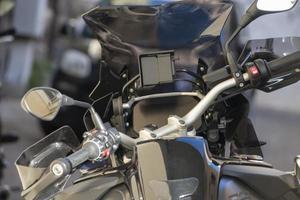 Détails d'une moto de tourisme en stationnement photo