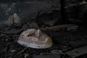 masque en céramique blanche abandonné photo