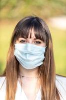 fille portant un masque médical cause covid 19 photo