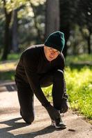 ragzzo fait de l'activité physique dans le parc photo