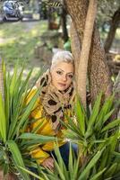 portrait cheveux courts fille blonde parmi la nature photo