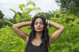 fille indienne avec fond de verdure d'été photo