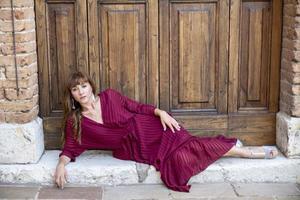 fille allongée sur le sol sur un palier d'une porte photo