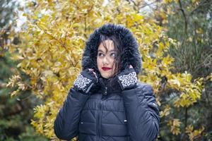 fille brune dans l'emplacement de montagne de vêtements d'hiver photo